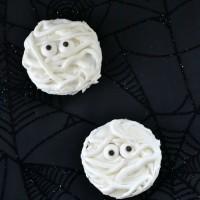 Super simple mummy oreos Halloween treat instructions - www.sweetpenniesfromheaven.com